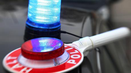 Die Polizei berichtet von einer Frau, die wegen Unterzucker einen Unfall auf der A8 verursacht haben soll.