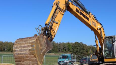 Schon vor dem offiziellen Spatenstich für den neuen Dasinger Bauhof hatten die Arbeiten auf dem Gelände begonnen.