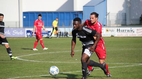 Rachad Bamario  (am ball für den TSV Friedberg) kehrt zum SC Oberbernbach zurück und soll die Abwehr stabilisieren.