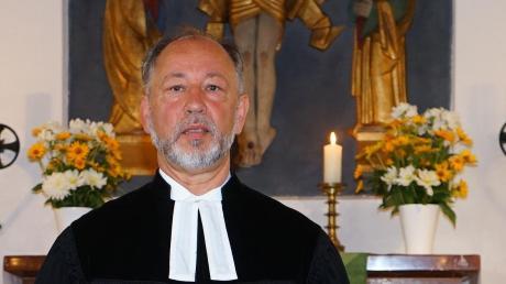 Aichachs evangelischer Pfarrer Winfried Stahl feiert am Montag seinen 65. Geburtstag.