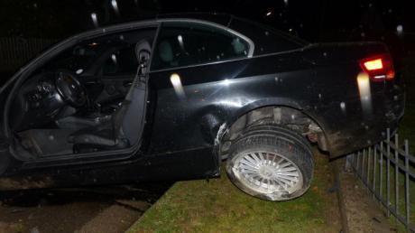 Buchstäblich am Gartenzaun blieb dieser BMW nach einem Unfall in Peutenhausen hängen.