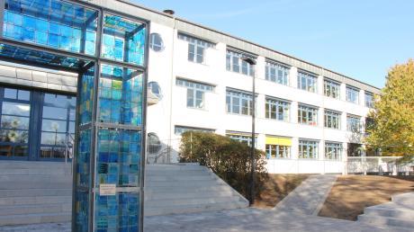 Haupttreppe und Fassade der Grund- und Mittelschule Dasing wurden für 200000 Euro saniert.