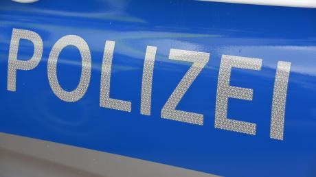 Ein unbekannter Täter hat im Dasinger Ortsteil Wessiszell ein Auto massiv verkratzt.