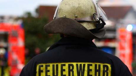 Bei der nächtlichen Aktion auf einem Hof in Adelzhausen waren Feuerwehr und Polizei im Einsatz.