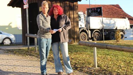 Xenia Lapperger und ihr Mitarbeiter Timo Engheiser in der Zufahrt, die sich Feuerwehr, Jagdgenossenschaft und der Geflügelhandel teilen.
