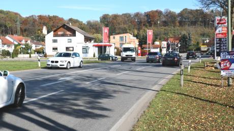 Viel Verkehr herrscht in der Ortsdurchfahrt in Mühlhausen. Die seit Jahren geforderte Westumfahrung lehnt jetzt der Bund Naturschutz ab.