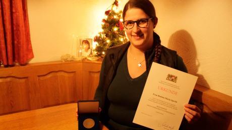 Bettina Specht aus Grimolzhausen gehört zu den besten Dorfhelferinnen Bayerns. Die junge Frau ist seit September im Einsatz und hat bereits ihre ersten Erfahrungen in landwirtschaftlichen Betrieben und Privathaushalten gemacht.