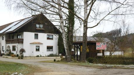 """Der Einödhof Gamling nahe Allmering hatte mit Schildern """"Kein Funkmast vor der Haustüre"""" gegen einen Funkmast protestiert. Doch es half nicht, ein Mast für den Digitalfunk wird nun nordwestlich hinter dem Anwesen im Wald (im Hintergrund die Bäume zu sehen) gebaut."""