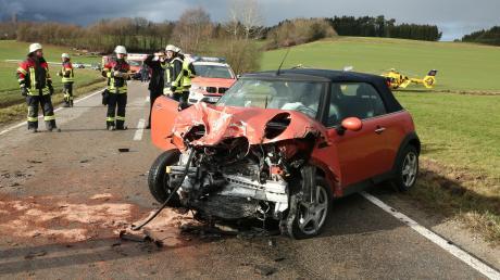 Schwerer Verkehrsunfall an Heiligabend bei Aichach-Klingen: Ein 68-jähriger Mann kam ums Leben, ein einjähriger Bub schwebt noch in Lebensgefahr.