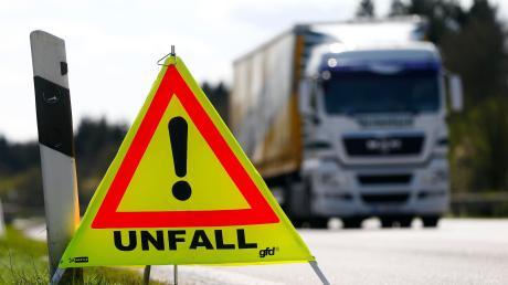 Eine Lkw-Fahrerin hat einen Unfall bei Löpsingen zunächst nicht bemerkt.