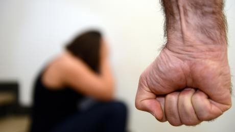Opfer häuslicher Gewalt finden sich in sämtlichen sozialen Schichten und in jeder Altersstufe. Dass sich viele Betroffene keine Hilfe suchen, hat auch mit Schamgefühlen zu tun. (Symbolfoto)