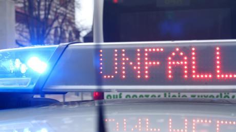 Einen Unfall meldet die Polizei von der A8 bei Adelzhausen.   Symbolbild