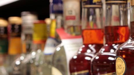 In Kinsau wollte ein betrunkener 43-Jähriger zwei Flaschen Schnaps stehlen.