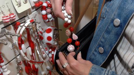 Modeschmuck ist bei Dieben begehrt. Aber auch Konsolenspiele, Rasierklingen und Alkohol werden oft gestohlen. Der Diebstahlschaden steigt. (Symbolfoto)