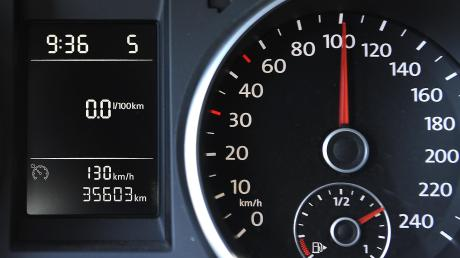 Stimmt der Stand des Kilometerzählers an diesem Wagen wirklich oder wurde er manipuliert? Die Bundespolizei warnt vor Tricksereien an den Tachometern von Gebrauchtwagen.