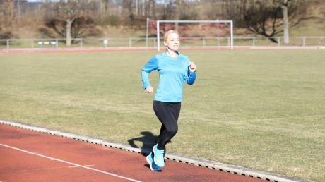 Läuferin Hannah Sassnink (hier im Landkreisstadion) stellte in Bad Füssing über zehn Kilometer eine neue Bestleistung auf. Die 32-Jährige wohnt seit Sommer in Aichach. Beim LC Aichach hat die gebürtige Münchnerin nicht nur zu alter Form zurückgefunden, sondern auch ihren Freund kennengerlernt.