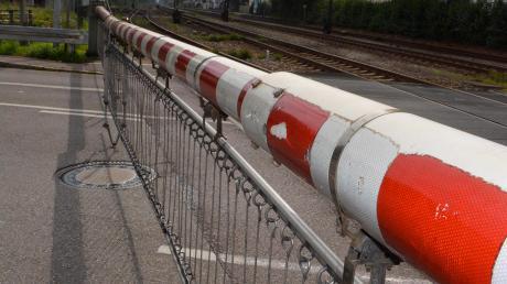 Immer wieder kommt es zu Unfällen an Bahnübergängen.Oft spielt dabei Leichtsinn eine Rolle. Die Polizei Schrobenhausen nimmt einen aktuellen Fall zum Anlass, vor Leichtfertigkeit zu warnen.