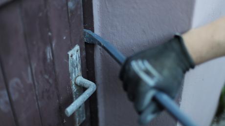 Ein Unbekannter ist in Illerrieden-Dorndorf in ein leer stehendes Haus eingebrochen.