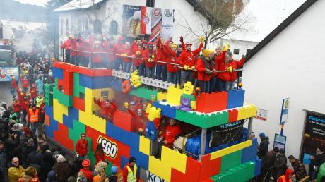 Saisonhöhepunkt in der Faschingshochburg Griesbeckerzell: Am Sonntag schlängelt sich der Gaudiwurm durch den Stadtteil. Mit diesem Lego-Wagen waren im vergangenen Jahr die Eisingersdorfer unterwegs.