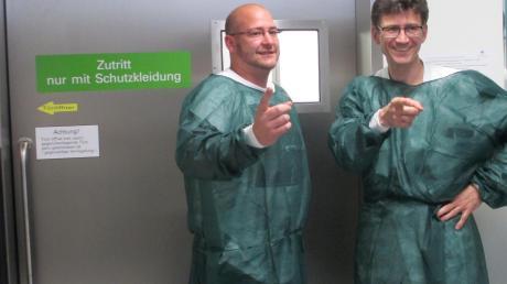 """Maximilian Betz mit seinem behandelnden Arzt aus dem Klinikum Augsburg, Dr. Christoph Schmid: """"Durch diese Türe komme ich wieder raus"""", sagte er sich, als er die Blutkrebsstation betrat. Seine Hoffnung wurde Wirklichkeit. Foto: Brigitte Lehenberger"""