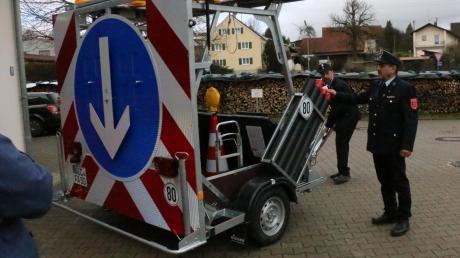 Einen neuen Verkehrssicherungsanhänger hat die  Feuerwehr Adelzhausen schon: Kommandant Helmut Müller (an der Deichsel) und Vorsitzender Ludwig Dollinger warten bislang aber noch auf ein dafür nötiges schweres Zugfahrzeug. Das soll die Feuerwehr im Januar bekommen.