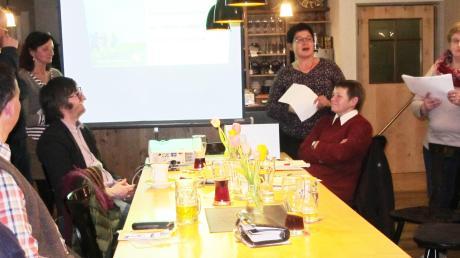Von der Flüeli-Ranft-Fußwallfahrt berichteten (stehend von links) Albert Bauer, Gisela Hofgärtner, Maria Brummer und Barbara Ampenberger. Vorne am Tisch sitzend die beiden Vorsitzenden Klaus Settele und Ulrike Meitinger.