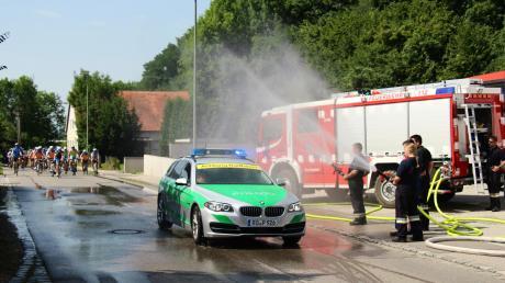 """Auch einen erfreulichen Einsatz hatte die Rehlinger Feuerwehr im vergangenen Jahr. Das war, als die BR- Radltour durch Rehling-Oberach führte und sich die Teilnehmer bei der großen Hitze mit """"Kühlwasser"""" aus dem Tanklöschfahrzeug über eine Erfrischung freuten."""