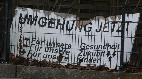 Plakat mit Symbolcharakter: Seit Jahren warten die Menschen in Mühlhausen auf die Westumfahrung.