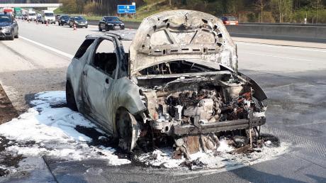 Kurz vor Odelzhausen geriet dieser Wagen auf der A8 in Brand.