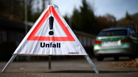 Ein Unbekannter hat nahe dem Aichacher Stadtteil Walchshofen eine etwa ein Kilometer lange Ölspur auf der Straße hinterlassen. Sie wurde einem Motorradfahrer zum Verhängnis.