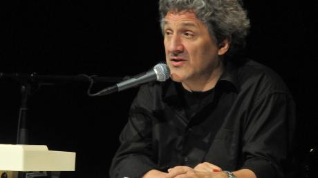 Hans Kriss, der auch als Regisseur des Schiltberger Hofbergtheaters bekannt ist, liest Texte des iranischen Schriftstellers Bachtyar Ali.