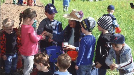 Sieglinde Kast erzählt die Geschichte und verteilt Samen an die Kinder.