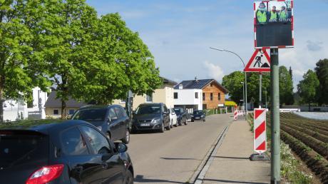 Vor der Rehlinger Schule wurde an einem Masten ein gesponsertesGeschwindigkeitsmessgerätinstalliert. Es warnt Autofahrer sofort optisch, wenn sie die zulässige Höchstgeschwindigkeit - hier gilt Tempo 30 -überschreiten.