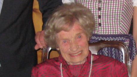 Gut aufgelegt, außerordentlich rüstig und stilvoll - das war Johanna Guther. Zu ihrem 100. Geburtstag empfing sie ihre Gäste im roten Kleid und mit Perlenkette (siehe Archivbild). Nun ist sie im Alter von 104 Jahren gestorben.