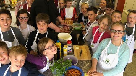 Premiere für den Chefkoch des Zieglerbräus: Maximilian Fuchs kochte mit den Schülern der 4. Klasse der Grundschule Petersdorf-Willprechtszell.