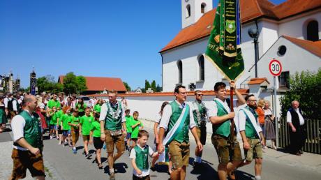 Den heißen Temperaturen hielten die vielen Teilnehmer des Festumzuges am Sonntag beim 100. Jubiläum des Schützenvereins Almenrausch in Griesbeckerzell stand. Der Jubelverein marschierte vorneweg.