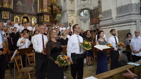 Langer Applaus im Stehen für die beiden Chöre mit den Solisten und hervorragendem Projektorchester. Es sangen (von links) Lucia Frank, Anselm Sibig, Jaewon Yun und Virgil Mischok, (ganz rechts) Rudolf Drexl.