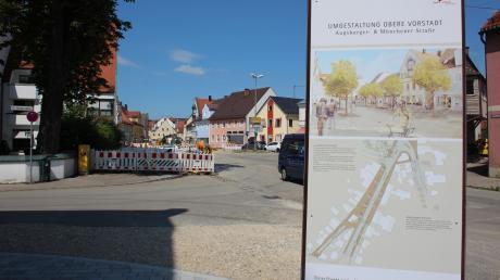 Große Stelen informieren über die Baustelle in der Oberen Vorstadt. Vor allem Geschäftsleute brauchen aber im Moment noch Geduld.