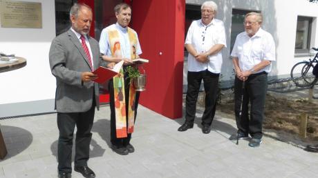 Den Segen für die Sportbox erteilten der evangelische Pfarrer Winfried Stahl und der katholische Stadtpfarrer Herbert Gugler unter den Augen von Klaus Laske und Hannes Meisinger (von links).