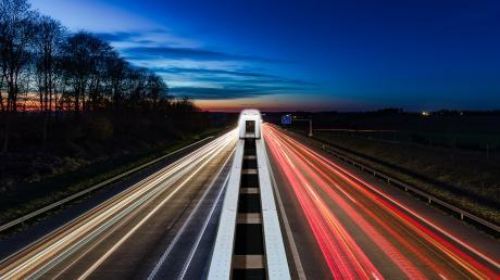 Die einmontierte Magnetschwebebahn auf dem Mittelstreifen der Autobahn ist eine Zukunftsvision. Aber auch die nächtliche Impression von der Autobahn A 8 wirkt schon surreal.