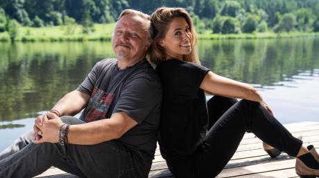 """An der Seite von Axel Prahl, der ihren Vater spielt, gibt Sängerin Vanessa Mai in dem Streifen """"Nur mit dir zusammen"""" ihr Filmdebüt."""