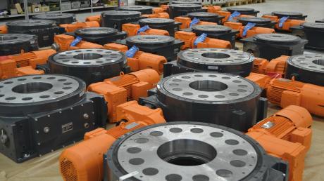 Das sind sogenannte Rundschalttische der Firma Taktomat, die zum Beispiel für die Automatisierung der Produktion in der Automobilindustrie eingesetzt werden.