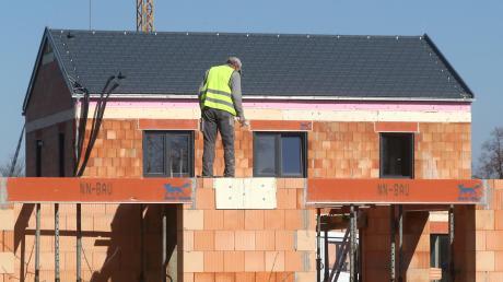 Im Rehlinger Osten werden in einem Nuebaugebiet bald Einzel- und Doppelhäuser entstehen.