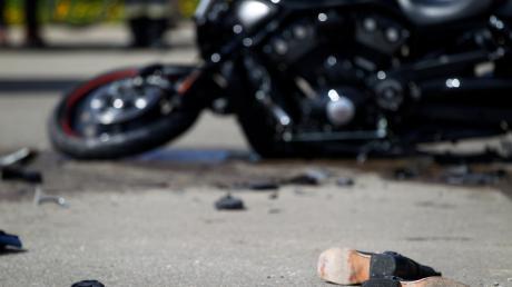 Zwei Motorradfahrer sind am Mittwochabend bei einem Zusammenstoß hinter der Landkreisgrenze nahe Tandern (Kreis Dachau) ums Leben gekommen.