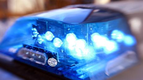 Laut Polizei liefen 150 Liter Diesel laufen aus, da der Tank des Sattelzuges beschädigt wurde.