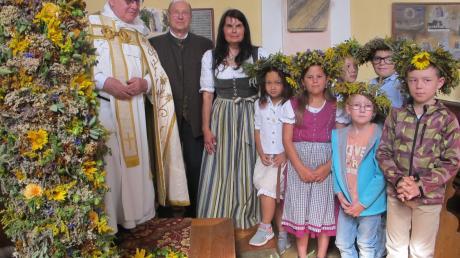 Mit Kräuterkränzchen auf dem Kopf legten Kinder Kräuterbuschen vor dem Altar nieder, hier mit Pater Paul Schäfersküpper, Hartmut Tanski vom Festring München und Sieglinde Kast (von links).
