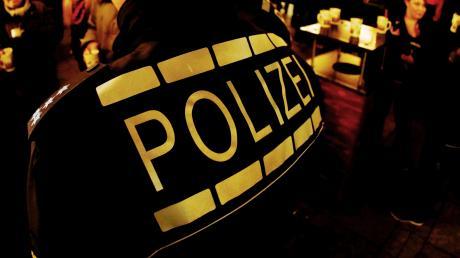 Die Polizei hat einen Mann festgenommen, der mit einem Messer auf seine Kontrahenten losging.
