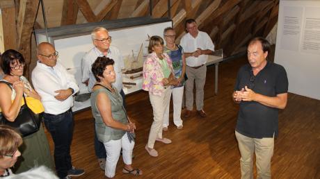 """Rotarier und Lions nahmen sich das Thema """"Bayern und das Meer"""" vor. Durch die Ausstellung im Schrobenhausener Pflegschloss-Museum führte sie Nikolaus Graf Sandizell (rechts)."""
