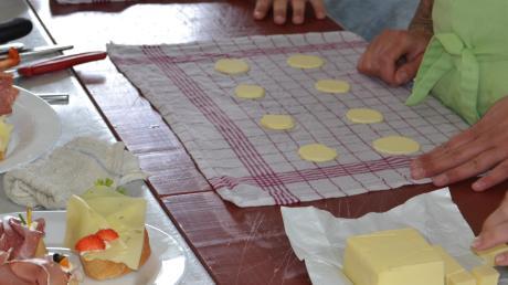 Eine Schülergruppe war beim Projekttag in der Metzgerei Erber in Hollenbach für das Belegen von Broten zuständig. Sie lernten dafür auch das Herstellen von Butterrosen.  Foto: Alexandra Hiebl