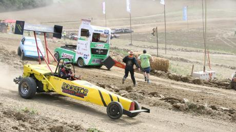 """Das """"Dreckscar"""" von MC-Vorsitzendem Andreas Obeser (vorne) siegte bei den Showcars."""
